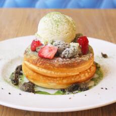 【4月限定】いちご抹茶と黒ごまカスタードのパンケーキ 黒糖キャラメルソース